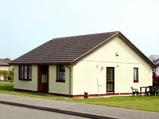 20 CAE PENRALLT, pet friendly, with a garden in Trearddur Bay, Ref 2096 - Island of Anglesey vacation rentals