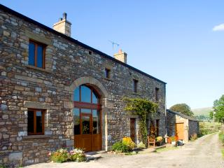WARTH BARN, family friendly, luxury holiday cottage, with a garden in Ingleton, Ref 1912 - Ingleton vacation rentals