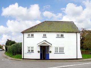 CORNER COTTAGE, pet friendly, character holiday cottage in Wangford, Ref 1936 - Suffolk vacation rentals