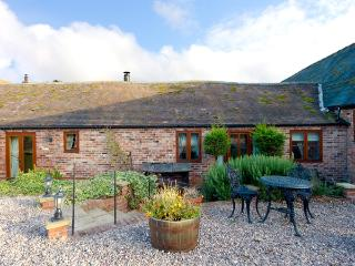 THE OLD DAIRY, pet friendly, character holiday cottage, with open fire, en-suite in Church Stretton, Ref 1034 - Church Stretton vacation rentals