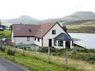 LOCHSIDE COTTAGE, family friendly, with a garden in Dunvegan, Isle Of Skye, Ref 1558 - The Hebrides vacation rentals