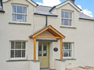 2 BRYNIAU BYCHAIN, pet-friendly, country holiday cottage, with a garden in Cwrt, Ref 2998 - Mid Wales vacation rentals