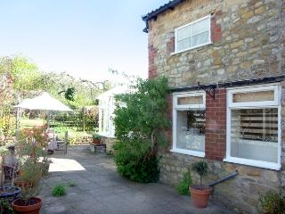 GARDEN COTTAGE, character holiday cottage, with a garden in Sherborne, Ref 1748 - Sherborne vacation rentals