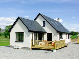 CREAG-NA-SANAIS, family friendly, country holiday cottage, with a garden in Laggan, Ref 1701 - Laggan vacation rentals