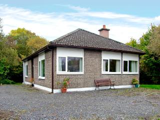 LAKESIDE, pet friendly, country holiday cottage, with a garden in Ballinrobe, County Mayo, Ref 3691 - Ballinrobe vacation rentals