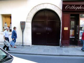 Entrance from the street - Marais Vosges 2BR / 2BA Luxury with A/C: Sleeps 6. - 3rd Arrondissement Temple - rentals