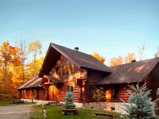 Mountain Log Home 8brs Private Hot tub Sleeps 16 - Mont Tremblant vacation rentals