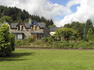 NO 1 RAILWAY COTTAGES, family friendly, country holiday cottage, with a garden in Betws-Y-Coed, Ref 3805 - Betws-y-Coed vacation rentals