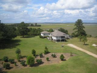 Great Views, Hardwood deck & screen porch with grill - Endless Views -- Deep Water with Boat Ramp- Pets - Edisto Island - rentals