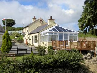 CROW'S NEST COTTAGE, pet friendly, with a garden in Tynygongl, Ref 3829 - Benllech vacation rentals