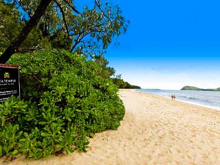 MODERN SPACIOUS 2 BEDROOM APARTMENT WITH COURTYARD - Palm Cove vacation rentals