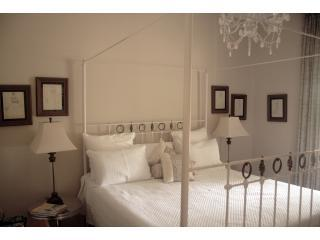 white bedroom - king bed - Lorna @ Leura - Leura - rentals