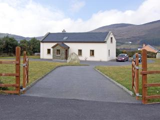 MEENTEOG, family friendly, with a garden in Glenbeigh, County Kerry, Ref 3897 - Glenbeigh vacation rentals