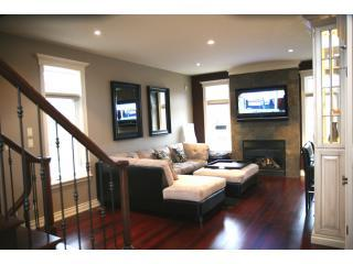 Crown Jewel living room #3.JPG - The Crown Jewel - Heart of Niagara! - Niagara Falls - rentals