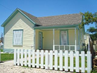 Quaint 1 bedroom cottage in the heart of Port Aransas! - Port Aransas vacation rentals