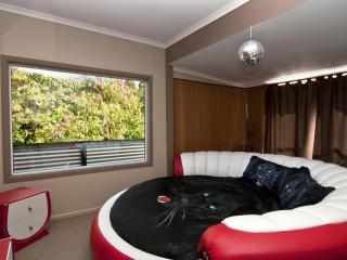 MILLION Dollar Views & ROUND bed Auckland holiday - Auckland vacation rentals