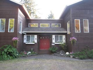 Havenhurst...Hot tub, privacy, park like grounds - Oregon Coast vacation rentals