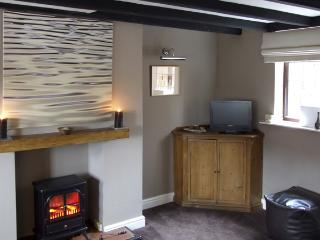 9 OVERTON BANK, family friendly, character holiday cottage, with a garden in Leek, Ref 4032 - Staffordshire vacation rentals