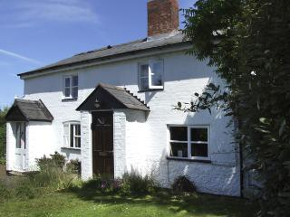 1 LYNDALE COTTAGES, pet friendly, character holiday cottage, with a garden in Kingstone, Ref 4130 - Herefordshire vacation rentals