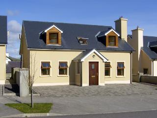 NUMBER 7 GORTEEN, family friendly, with a garden in Annascaul, County Kerry, Ref 3936 - County Kerry vacation rentals