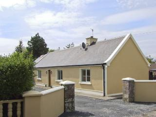HAYFIELD COTTAGE, family friendly, country holiday cottage, with a garden in Killorglin, County Kerry, Ref 4044 - Killorglin vacation rentals