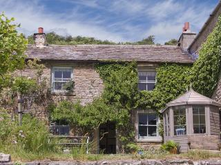 INTAKE COTTAGE, family friendly, character holiday cottage, with open fire in Low Row, Ref 4136 - Reeth vacation rentals