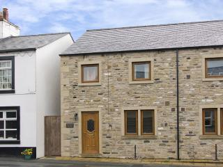 BYTHEWAY COTTAGE, family friendly, country holiday cottage, with a garden in Ingleton, Ref 4134 - Ingleton vacation rentals