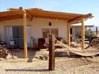 The covered patio creates a comfortable area to enjoy the desert views. - WIKIUP - Joshua Desert Retreats - Joshua Tree - rentals