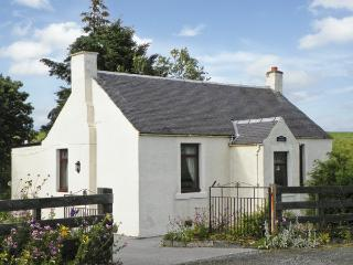 MOTE COTTAGE, pet friendly, country holiday cottage, with a garden in New Cumnock, Ref 4238 - East Ayrshire vacation rentals