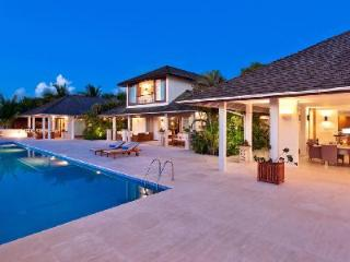 Sublime sea view Tom Tom with sleek infinity pool, ensuite alfresco tubs, near golf - The Garden vacation rentals