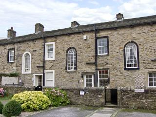 TOWN COTTAGE, romantic, country holiday cottage, with a garden in Skipton, Ref 4363 - Skipton vacation rentals