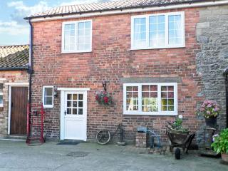 WOODLANDS COTTAGE, pet friendly, character holiday cottage, with hot tub in Snainton, Ref 3912 - East Ayton vacation rentals