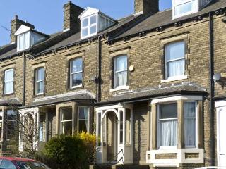 LOW FIELD HOUSE, family friendly, country holiday cottage, with a garden in Skipton, Ref 4392 - Skipton vacation rentals