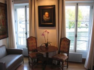 Luxury Apt w/ Amazing river view!!! EUR 1300/wk - 4th Arrondissement Hôtel-de-Ville vacation rentals