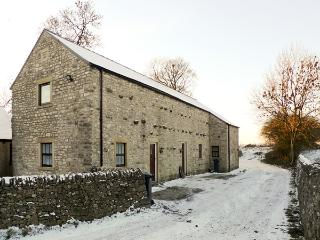 2 PRIMITIVE MEWS, pet friendly, character holiday cottage, with open fire in Chelmorton, Ref 4439 - Peak District vacation rentals