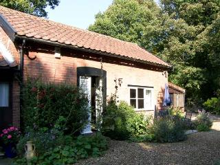 DAFFODIL COTTAGE, romantic, country holiday cottage, with a garden in Waldringfield, Ref 4494 - Suffolk vacation rentals