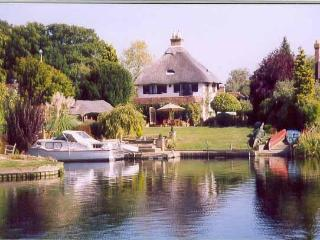 Thatched cottage on River Thames w/ pool, gardens - Windsor and Maidenhead vacation rentals