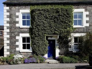 MILLWARD HOUSE, pet friendly, character holiday cottage, with a garden in Longnor, Ref 5407 - Peak District National Park vacation rentals