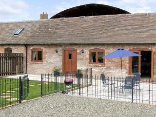 THE COW HOUSE, pet friendly, character holiday cottage, with pool in Weston, Ref 4116 - Weston-under-Redcastle vacation rentals