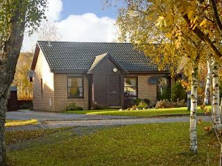 93 DALNABAY, pet friendly, country holiday cottage, with a garden in Aviemore, Ref 5678 - Aviemore and the Cairngorms vacation rentals