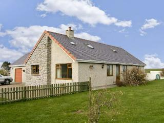 CYSGOD Y MYNYDD, pet friendly, country holiday cottage, with a garden in Cemaes Bay, Isle Of Anglesey, Ref 5642 - Island of Anglesey vacation rentals
