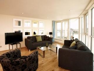 3 Bedrooms & Knockdown Views of the River Thames! - London vacation rentals