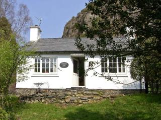 PENLAN, pet friendly, character holiday cottage, with a garden in Beddgelert, Ref 6909 - Beddgelert vacation rentals