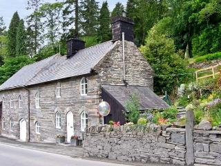 MILL COTTAGE, pet friendly, character holiday cottage, with a garden in Blaenau Ffestiniog, Ref 5896 - Blaenau Ffestiniog vacation rentals