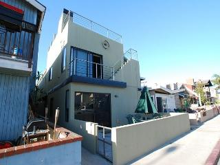 Contemporary 3 Bedroom Lower Condo! Walking Distance to Beach! (68219) - Newport Beach vacation rentals