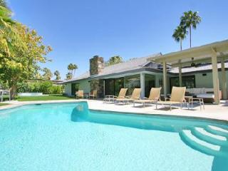 Upscale mid-century Modern Escape boasts great outdoor space for entertaining with pool & spa - Palm Springs vacation rentals