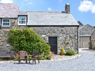 STABLE 1, family friendly, country holiday cottage, with a garden in Llanbedrog, Ref 7234 - Llanbedrog vacation rentals