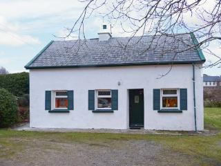 THE LAKE HOUSE, CONNEMARA, family friendly, character holiday cottage, with a garden in Lettermullen, County Galway, Ref 4641 - Lettermore vacation rentals