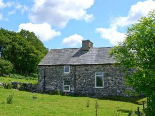 TY CAPEL JERIWSALEM, family friendly, character holiday cottage, with open fire in Trawsfynydd, Ref 6092 - Trawsfynydd vacation rentals