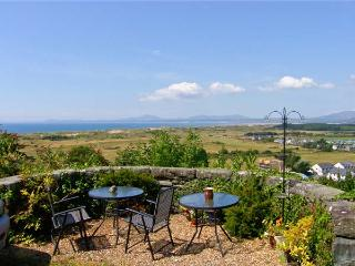 NO 3 BRONWEN TERRACE, family friendly, with a garden in Harlech, Ref 8659 - Harlech vacation rentals